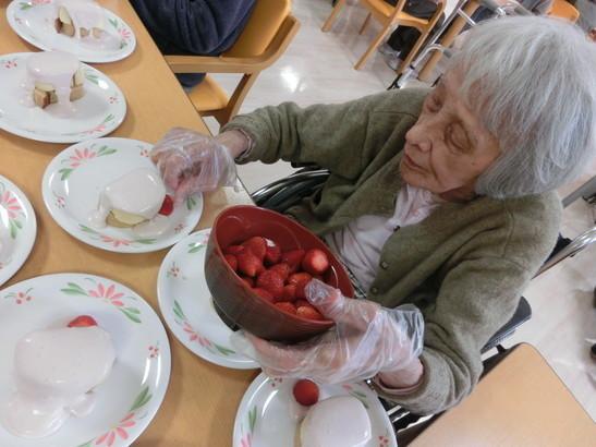 10 飾りの苺をお皿にのせましょう.jpg