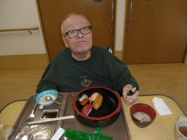 8 いつものごはんはおにぎり。今日は手巻き寿司をしっかり握ってパクリですね。.jpg