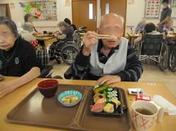 ④大好きなお寿司に大喜び.jpg