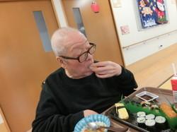⑧寿司をつまむ手つきが慣れたものですねえ。.jpg